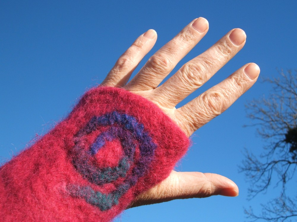 Fingerless mittens, a simple wet felting project using a resist (3/3)