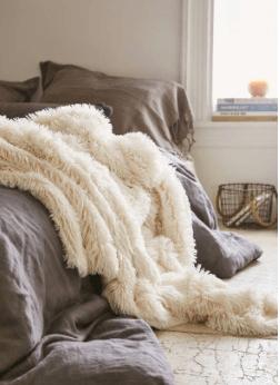college-dorm-essentials-comfy-blanket