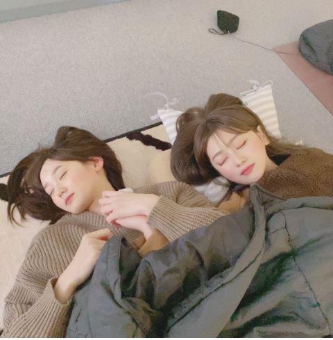 手をつないで寝ている2人、きらちゃんとあかねん