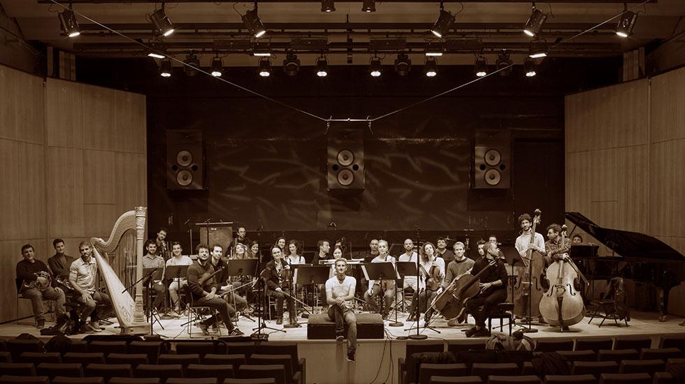 Clément Mao-Takacs au milieu de ses musiciens du Secession Orchestra