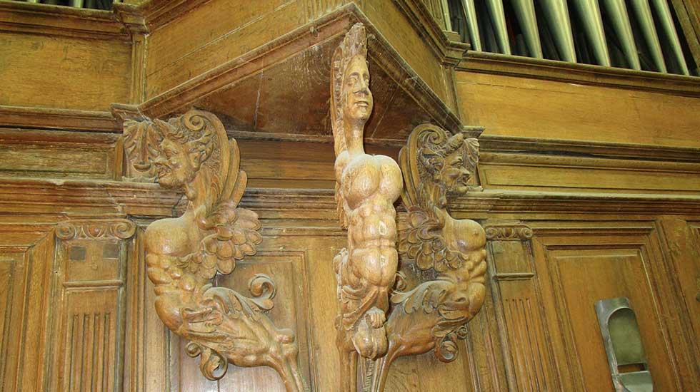 Les sculptures des cariatides au-dessus des claviers