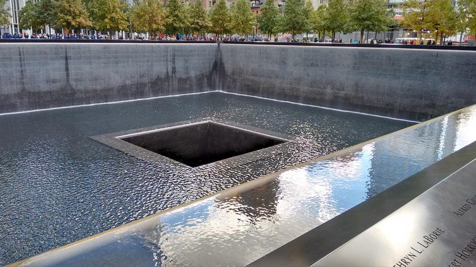 Un des deux bassins commémoratifs du World Trade Center à New-York © Classicagenda