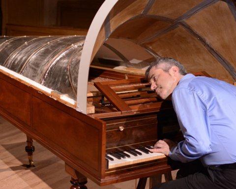 Tom Beghin au piano Broadwood (avec la machine acoustique) à Saint-Trond