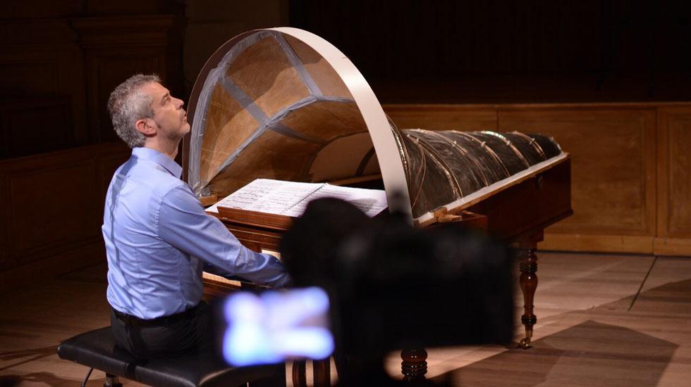 Tom Beghin au piano Broadwood (avec la machine acoustique) à Saint-Trond / piano romantique © Steven Maes