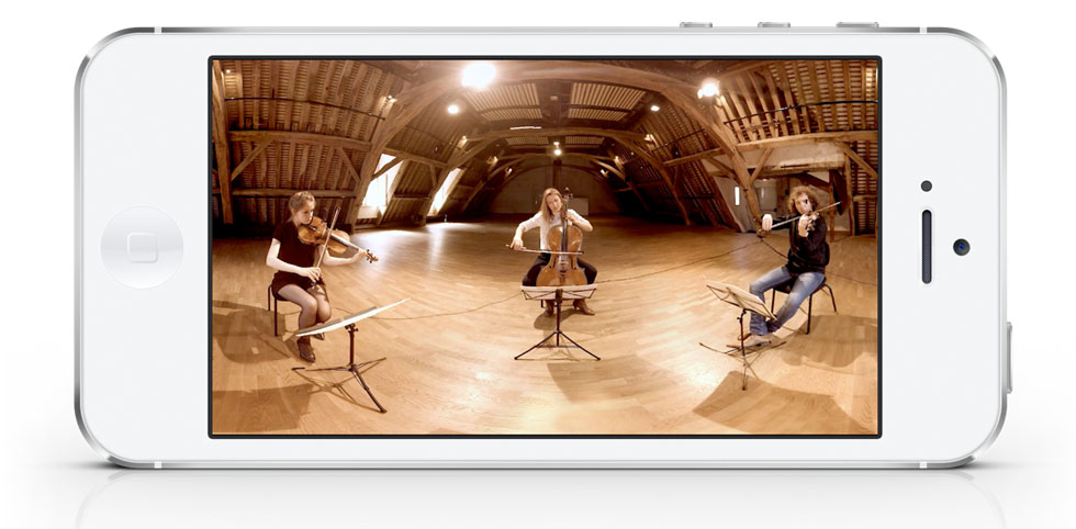 """Lea Hennino (alto) Pauline Buet (violoncelle) et Pierre Fouchenneret (violon) de I Giardini dans le film en réalité virtuelle """"Au cœur du quatuor"""" © Stan Alleaume"""