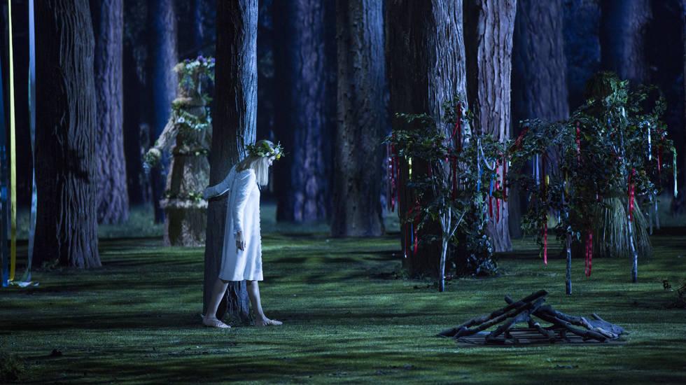 Fleur de Neige (Aida Garifullina) errant dans la forêt, l'âme en peine © Elisa Haberer / Opéra national de Paris