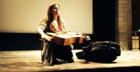 """Emmanuelle Bertrand avec """"Le Poilu"""", le fac-similé du violoncelle de Maurice Maréchal © Festival de Violoncelle de Beauvais"""