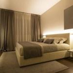 Атмосфера в спальне напрямую зависит от освещения. Как же его выбрать?