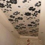 Тенденции дизайна: красивые обои на потолке с источником света