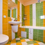 Современный дизайн ванной комнаты с оранжевой мозаикой и светом