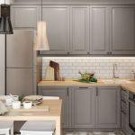 Серая кухонная мебель или кухня икеа метод в стиле бодбин с освещением