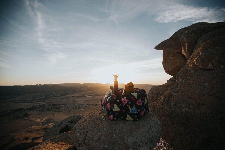 Hamac gonflable devant un coucher de soleil