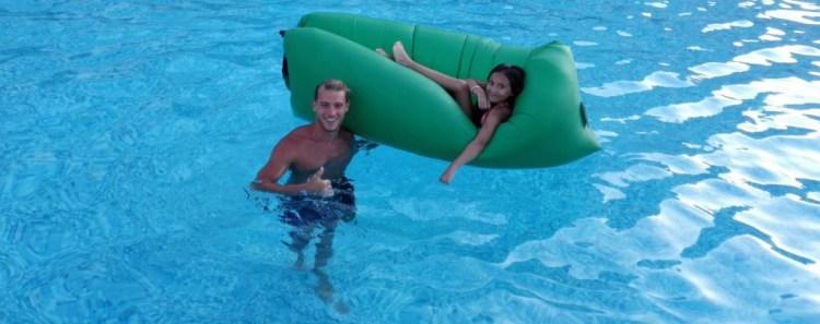 Hamac en famille dans la piscine de l'hotel