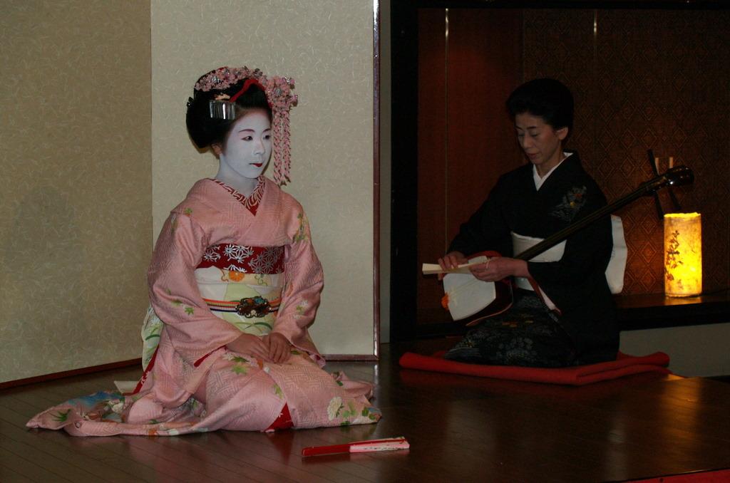 Meiko (junge Geisha) tanzt für uns während eines Shabushabu-Abendesses