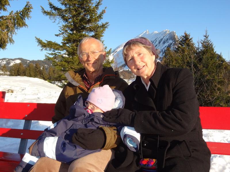 Grosseltern Markus und Regula mit Laura Maria in Amden