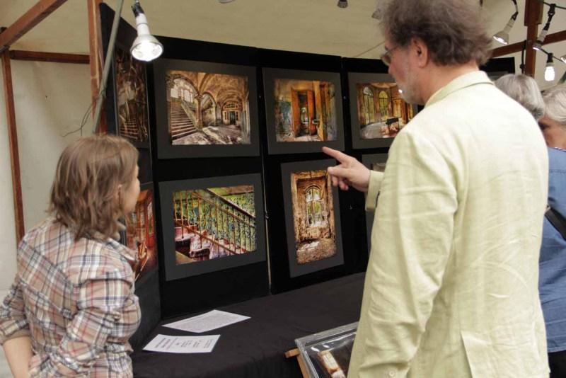 Testimonials über unsere Märkte und Events: Die Lost Places Photographie steht auf diesem Bild im Mittelpunkt des Interesses.