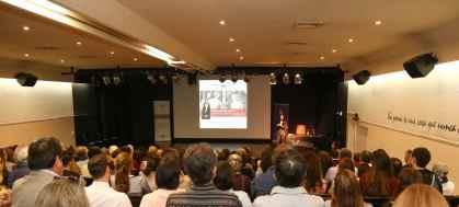 Claudia Campaña inciando una sesión más de Encuentros El Mercurio