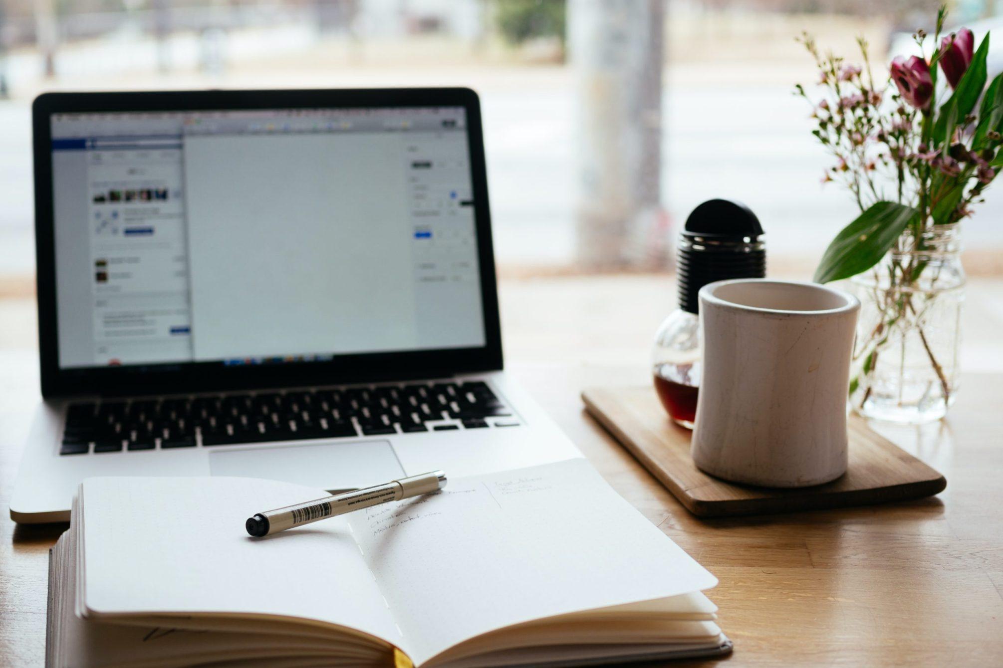 Notebook und Schreibtisch