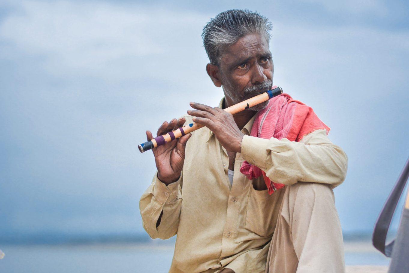 Mann mit Flöte