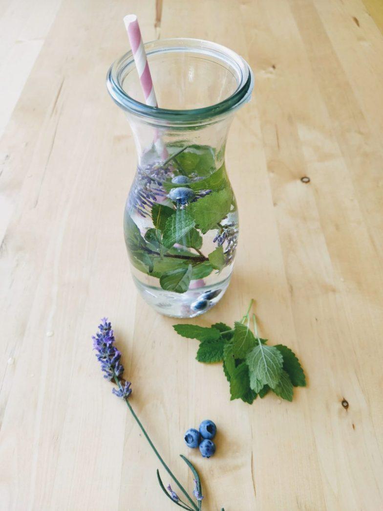 Cool Down: Lavendel-Melisse-Minze-Heidelbeer-Drink
