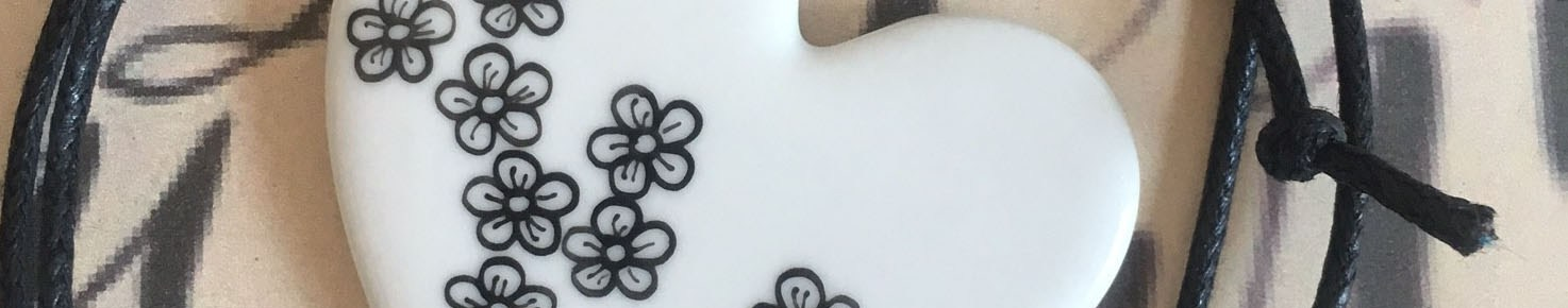 Pendentif petites fleurs coeur original blanc