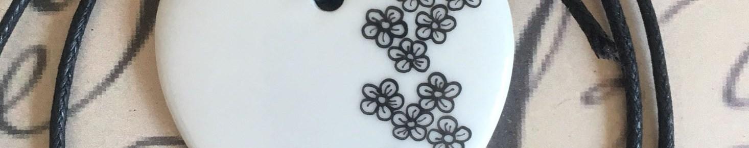 Pendentif petites fleurs cœur classique blanc