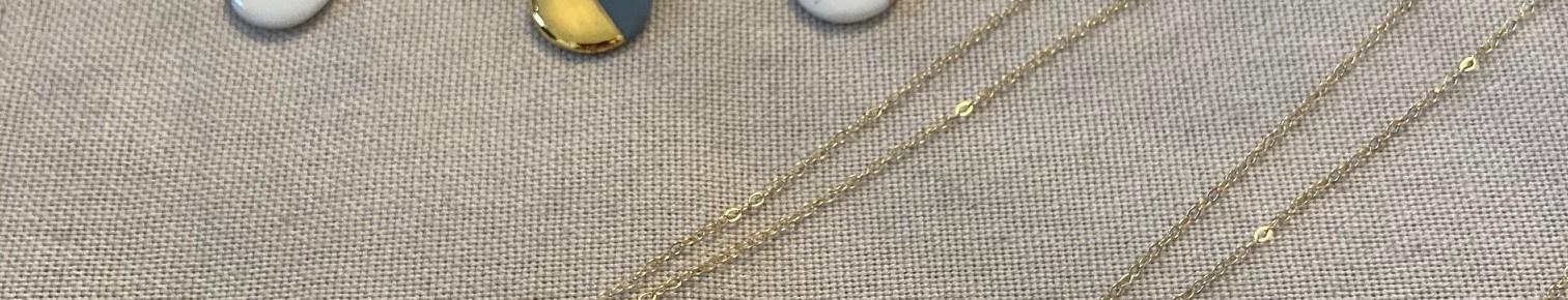 Joli pendentif avec une petite pastille en porcelaine et une chaine en plaqué or