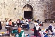 Marché à la porte de la vieille ville de Jérusalem