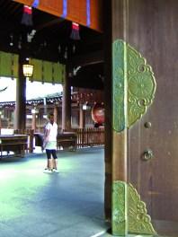 Motif de chrysanthème sur la porte d'un temple