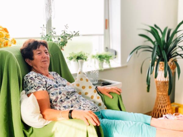 Klientin testet Healy Gold Schmerzprogramm in der Praxis Claudia Trummer