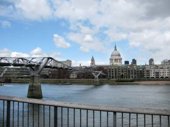 Spacige Millennium Bridge und St Paul's Cathedral