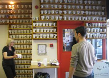 Im Café gestalten die Studenten selbst die Inneneinrichtung und dürfen ein Jahr später ihre Tasse als Erinnerung mitnehmen.