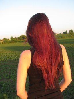 Die gelbliche Abendsonne beschmuht. Meine Haare waren eigentlich dunkel-pflaumig.