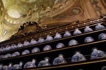 I vasi di maiolica e i fregi lignei sotto le volte affrescate da Gottarelli e Dalla Nave.