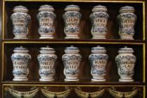 """I cartigli sui vasi possono riservare delle sorprese: tra gli ingredienti comunemente utilizzati dagli speziali del tempo, si trovano succo di liquirizia e pepe, ma anche crani umani triturati, mummie egiziane e """"sangue di drago""""."""
