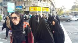 Iranianas cobertas das cabeças ao pés. Detalhe para a da esquerda que me olhou com uma cara não muito feliz