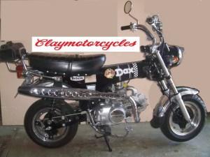 Casquette de phare, garde boue en stock viré au profit du phare arrière chromé d'origine, colliers cuir et rivets, sacoche type Harley