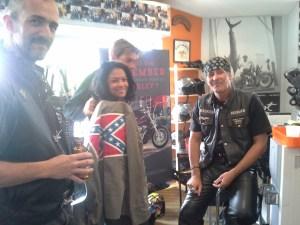 Jimmy n'est pas peu fier du beau drapeau réalisé pour cette jolie bikeuse sudiste!