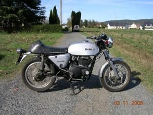ced2ma Benelli Tornado 650 S2 achetée à un tatoueur hollandais à Toulouse. Le moteur était désossé dans un carton, j'ai tout remonté et ça a re-pété en quelques coup de kick. Il manque encore les pots sur la photo.