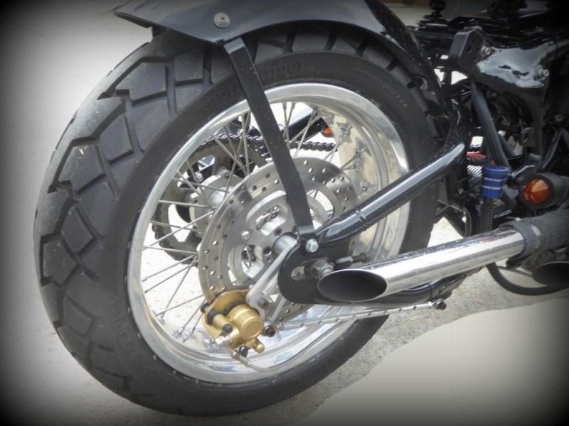 L'étrier de frein AR provient d'un scooter