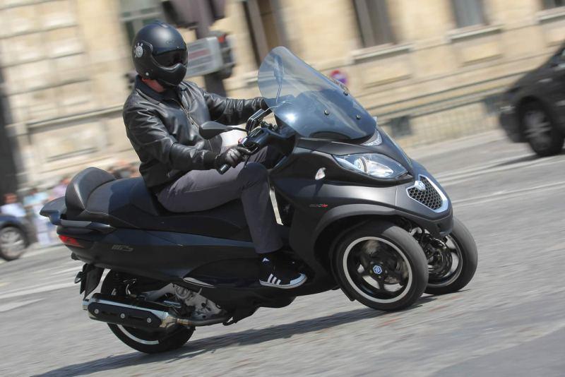 Ne riez pas ! Ce truc fait 500 cc avec un pauvre permis auto, et les jeunes motards se trainent sur des meules bridées.