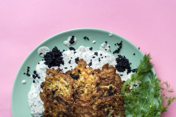 Zucchiniblinis mit Kräutercreme und Kaviar