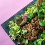 Brotloser Burger: Bohnenpattie auf grünem Salat und Avocadocreme