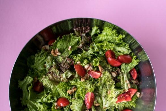 Gartensalat mit Tomaten und Walnüssen