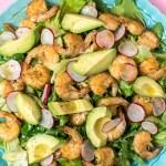 Proteinreicher Salat mit Garnelen, Avocado & Limettendressing