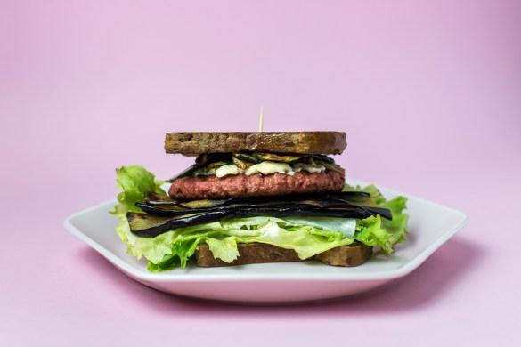 Veganes Sandwich mit proteinreichen Pattie