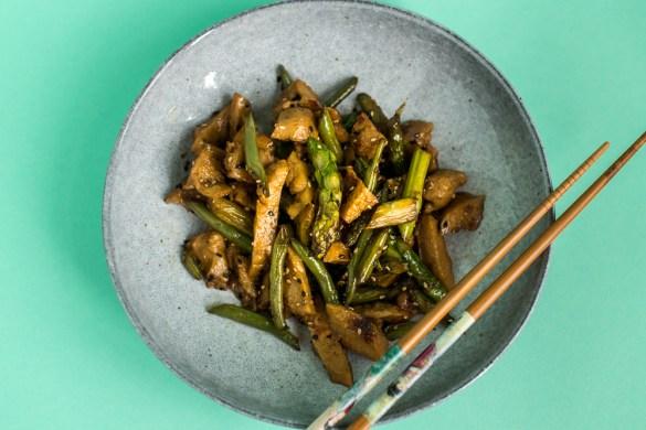 Vegane Seitan Bowl mit Spargel, Fisolen und Ingwer-Chili Sauce