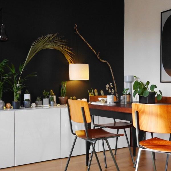 salon noir mur chaise écolier dans la salle à manger
