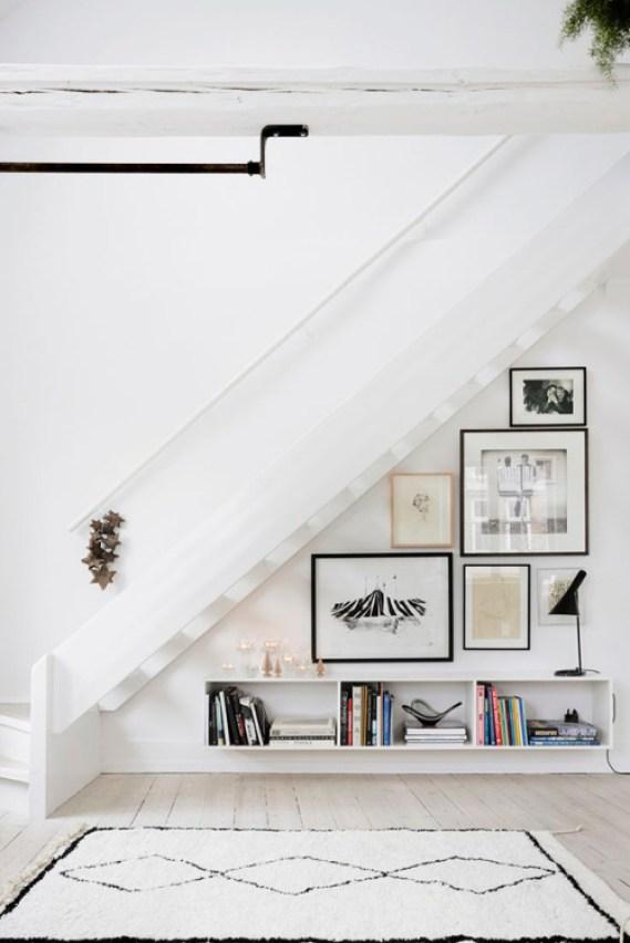 deco sous escalier mur de cadres aménager un dessous d'escalier