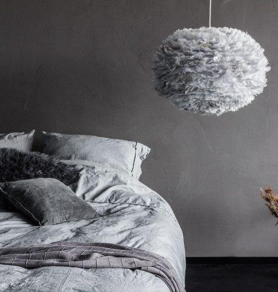 chambre cosy hygge camaïeu gris dégradé lampe de créateur Vita plume blog déco clemaroundthecorner